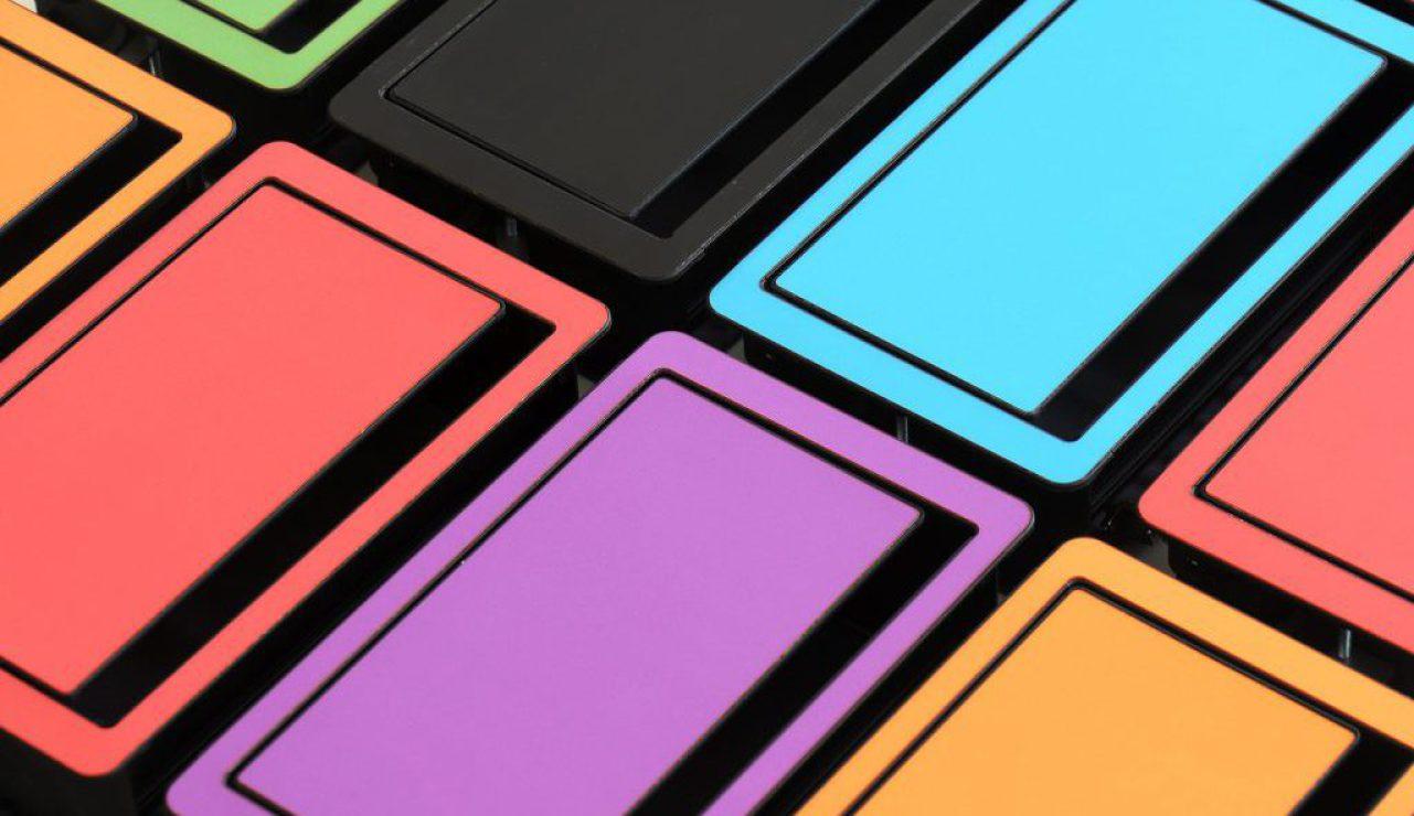 Tischanschlussfeld farbig, Kabelklappe Farbe, Tischanschlußfeld individuell bedrucken, kabelauslass Schreibtisch Logo, Kabelklappe farbig